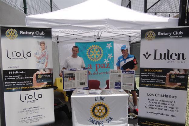 Stand informativo de Rotary Club Tenerife Sur en la Playa de Los Cristianos