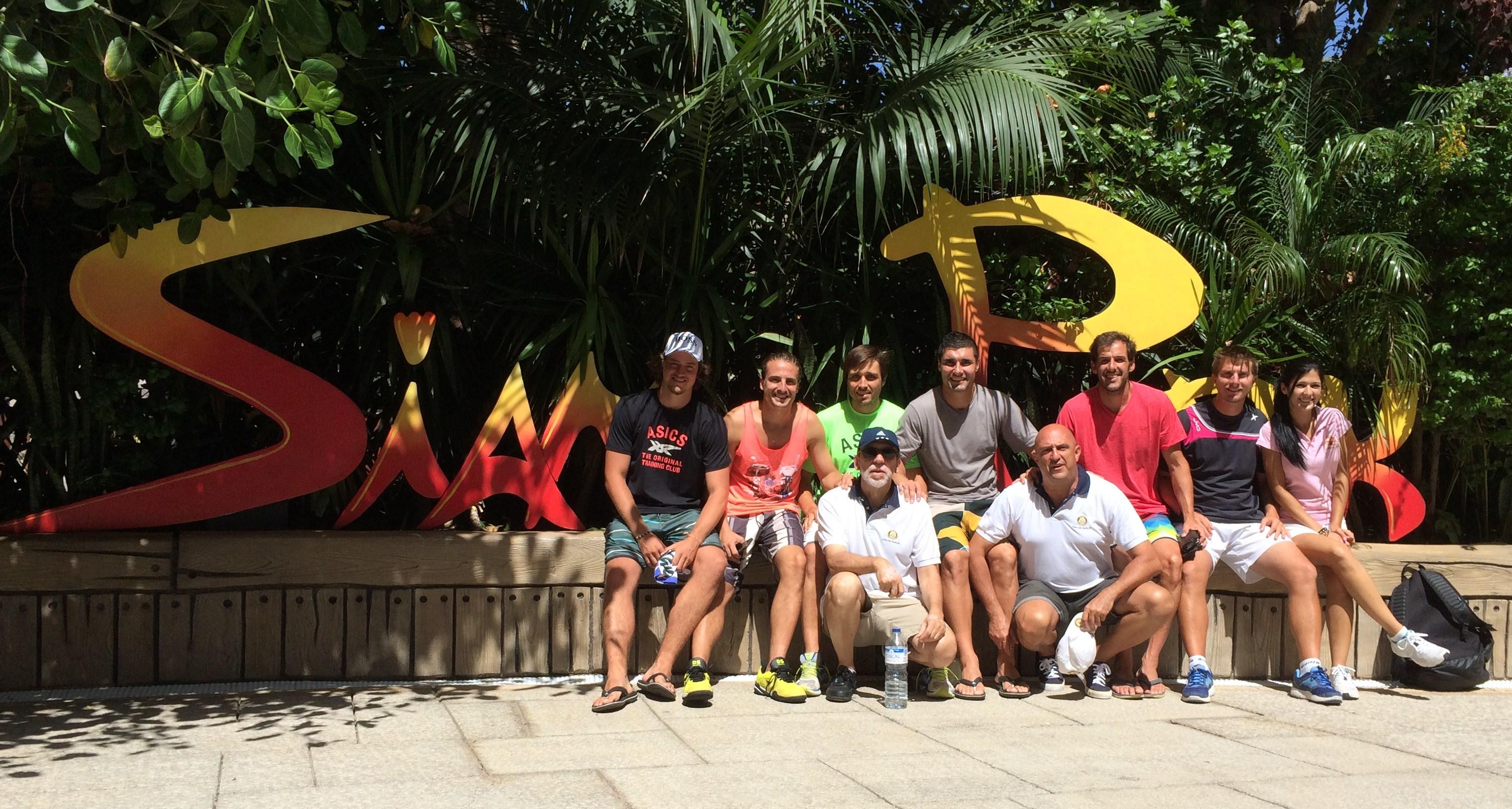 Campeones de Paddle acompañan niños necesitados en visita al Siam Park