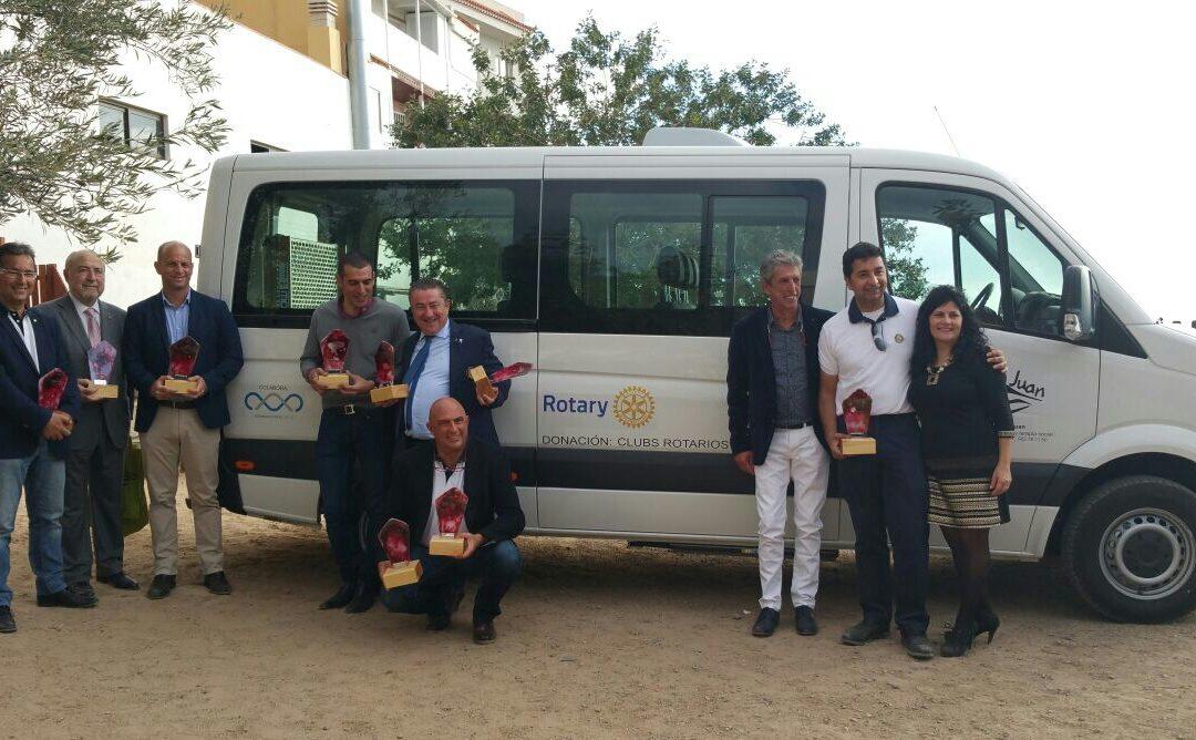 Los Clubs Rotarios de Canarias entregan una guagua a la Asociación San Juan de Adeje
