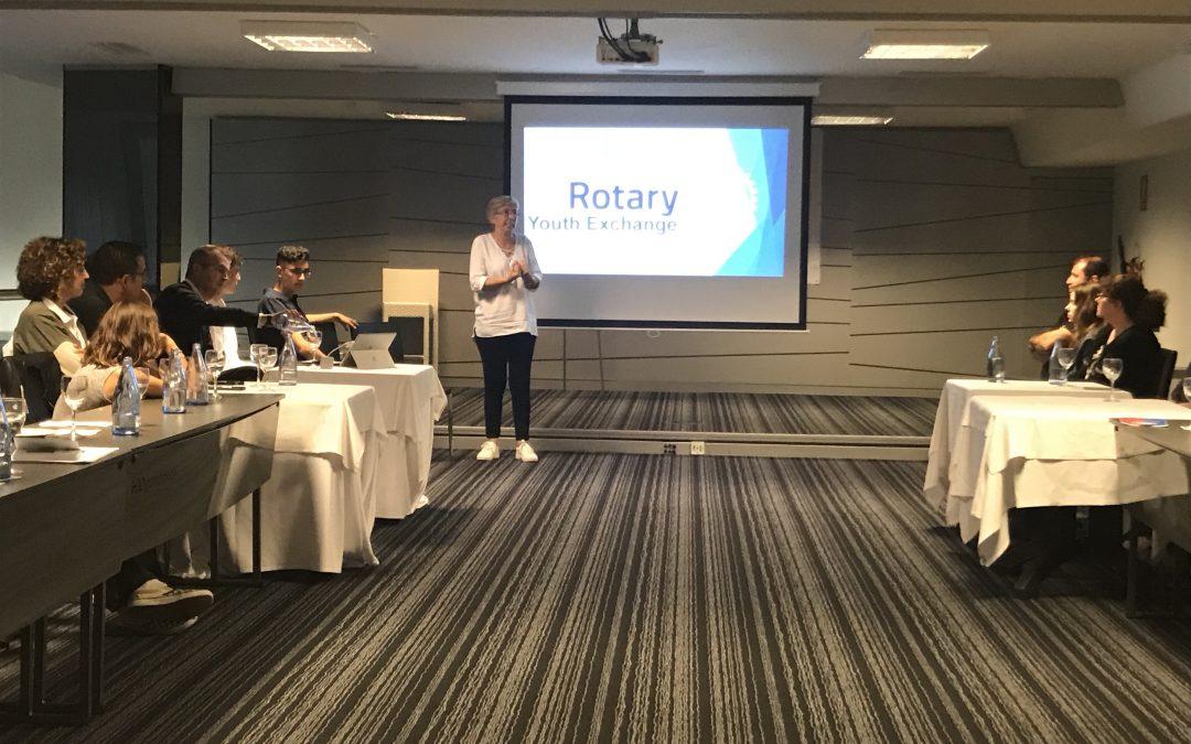 Maria Mateo presenta el programa de intercambios de Rotary International a varias familias candidatas.