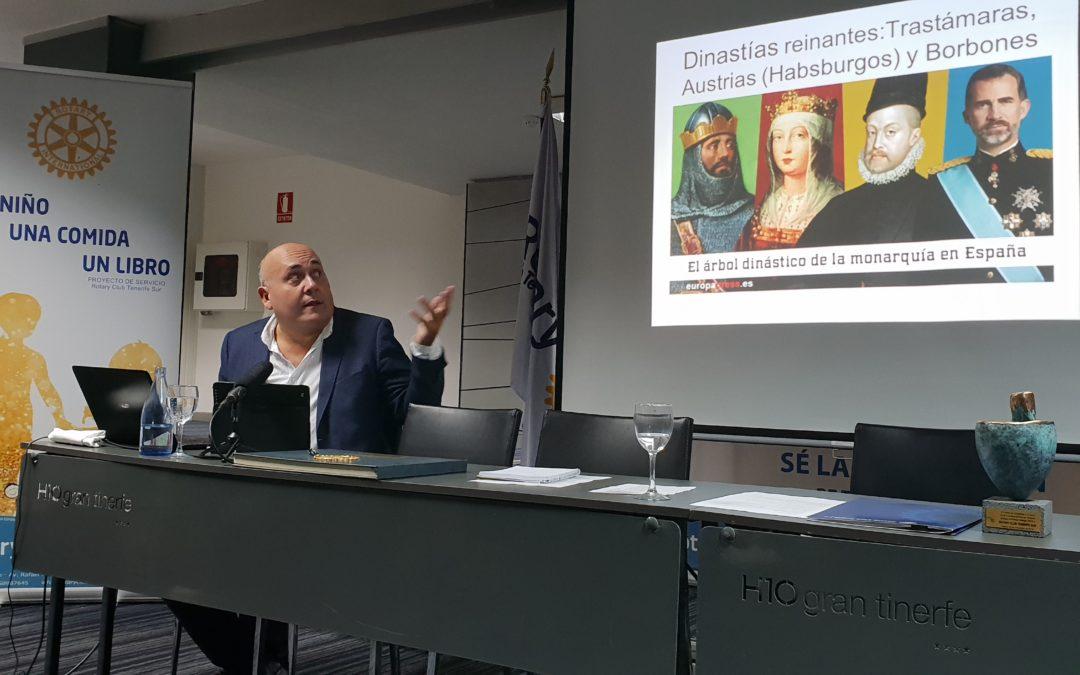 El magistrado e investigador histórico Nelson Díaz Frías imparte una conferencia sobre la monarquía en España
