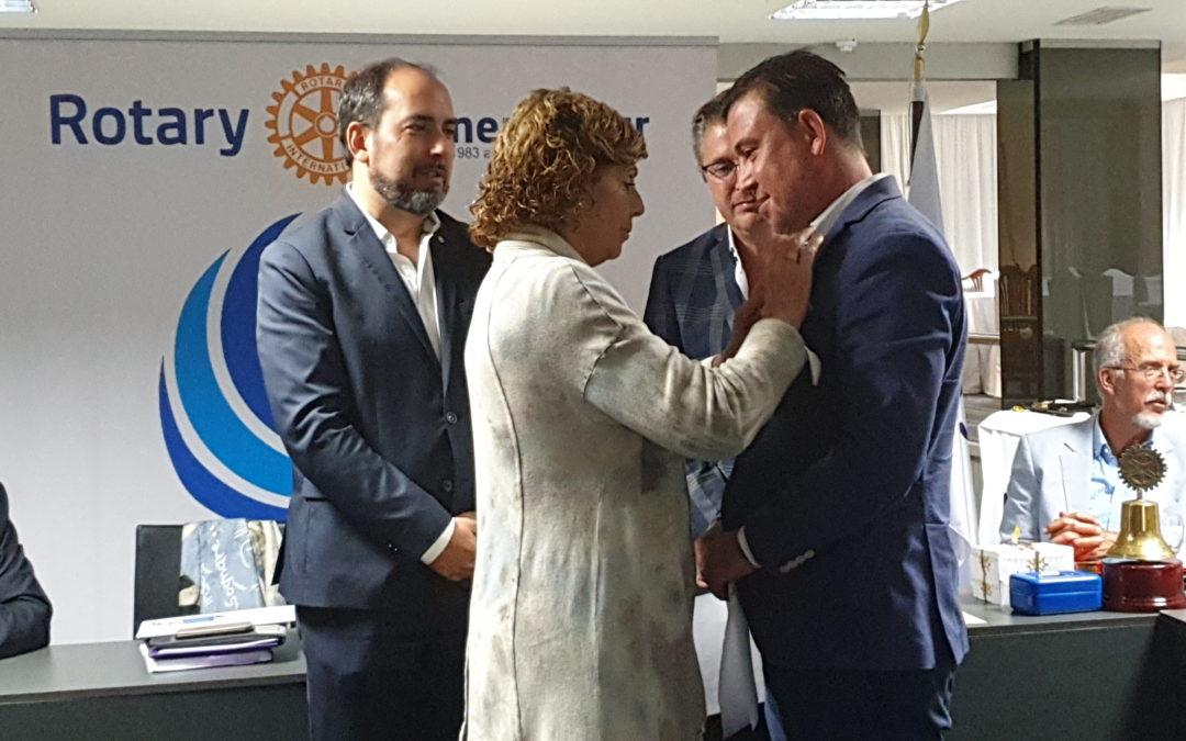 Rotary Tenerife Sur impone el pin rotario a su nuevo miembro Mariano García Fiz