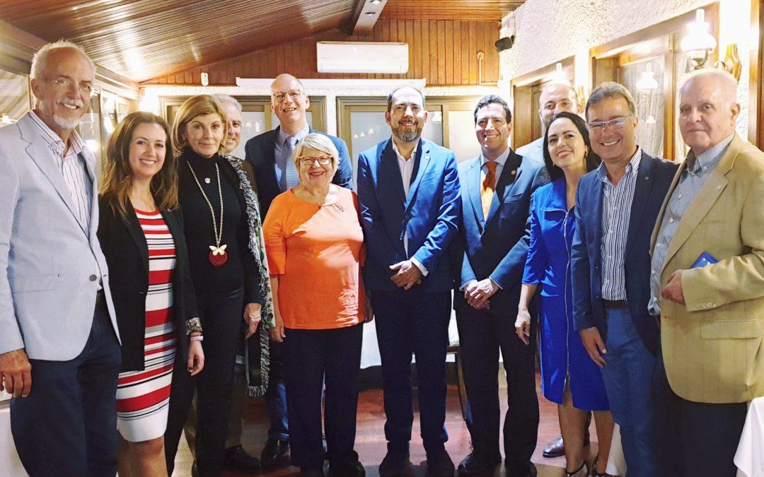 Los Rotarios de Tenerife se reúnen con la Fundación Theodora para llevar al HUC el servicio del «Doctor Sonrisas»