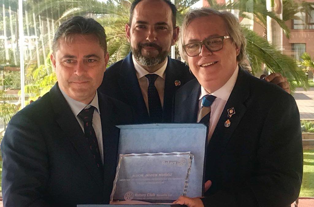 El Rotary Club Tenerife Sur hace entrega de una placa de agradecimiento a Javier Muñoz