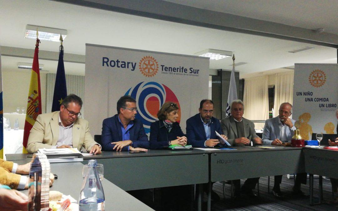La asistente del gobernador, Virginia Carballude, visita al Rotary Club Tenerife Sur