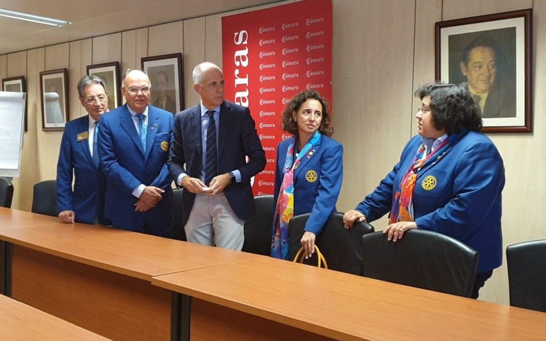 Los gobernadores de los distritos españoles y uno portugués, junto con los presidentes de clubes de Tenerife se reúnen con el presidente de la Cámara de Comercio de Tenerife.