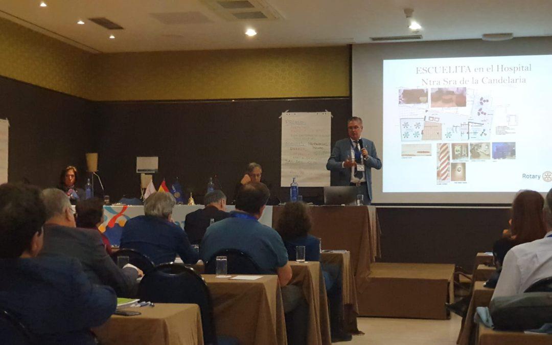 Juan Diego Mayordomo, presenta el Proyecto Interclubes de Tenerife «La Escuelita del Hospital de la Candelaria» en la Asamblea Distrital 2019 de Valladolid.